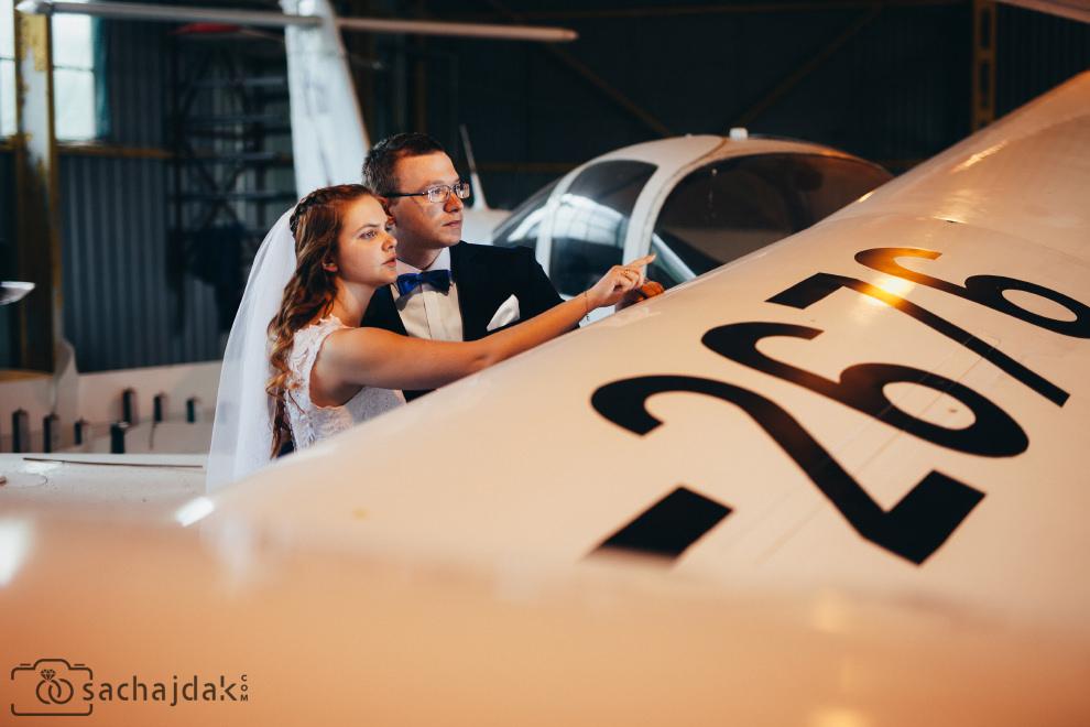 Plener ślubny lotnisko hangar